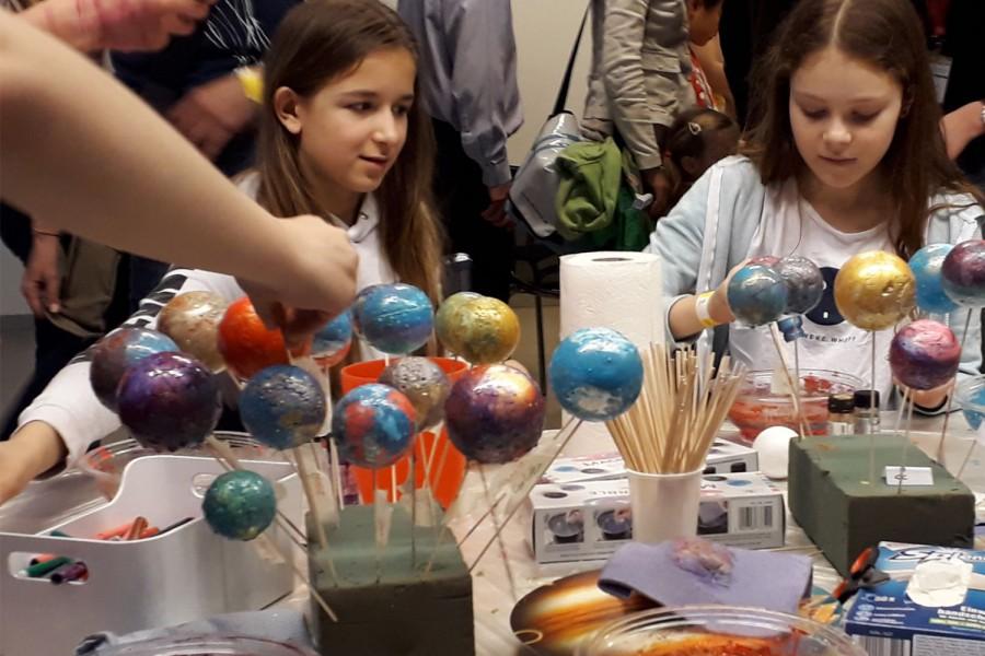 Planeten basten in der Langen Nacht der Forschung.  Foto © Kinderbüro