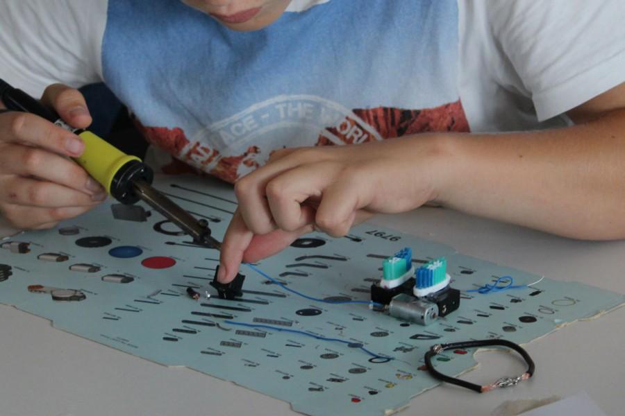 Robotik-Camp: Löten macht Spaß! © Kinderbüro