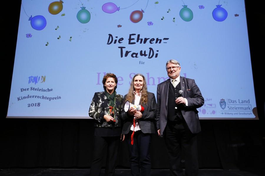 Preisträgerin Ilse Schmid (Bildmitte) mit Landesrätin Ursula Lackner und Kinderbüro Vorstandspräsident Gerhard Fruhmann