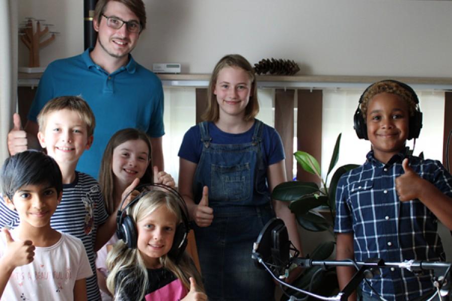 Die Kinder mit Daniel Reisinger, unserem Aufnahmeleiter